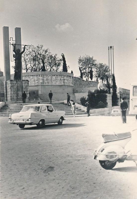 Monumento al Ángel del Alcázar hacia 1965. Fotografía de Julián C.T.