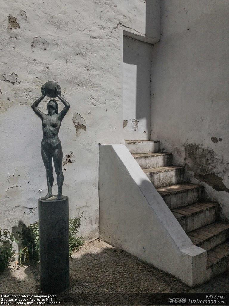Estatua y escalera a ninguna parte