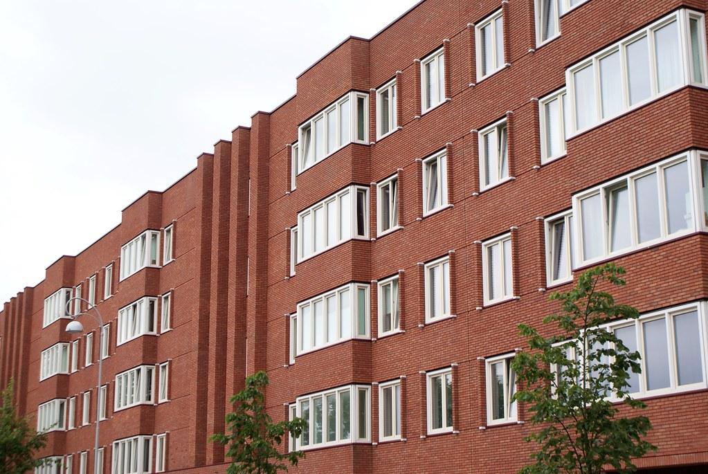 Immeuble en brique dans l'est d'Amsterdam.