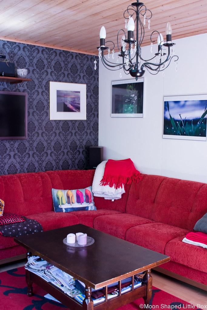Olohuone, sisustaminen väreillä, punainen sohva, kotimainen sohva kissatalouteen