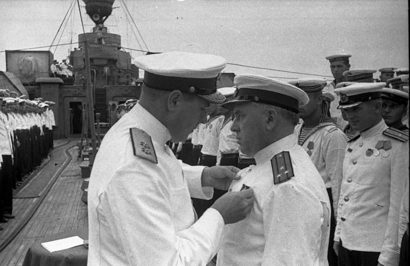 04-5566781-vitse-admiral-vladimirskij-l.a.-komanduyuschij-chf-vruchaet-amerikanskij-orden-zubkovu-a.i.-komandiru-gvardejskogo-krejsera-krasnyj-krym-1943g.