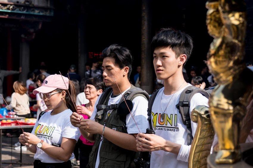 UNI三人在出發前身穿自製的團服赴廟宇祈福