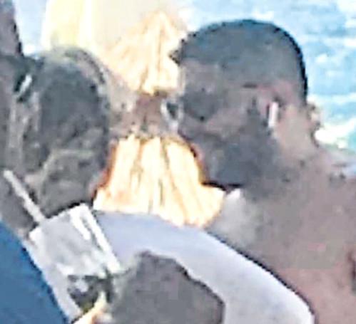 Kibariye'nin eşi sarışın kadınla sarmaş dolaş yakalandı