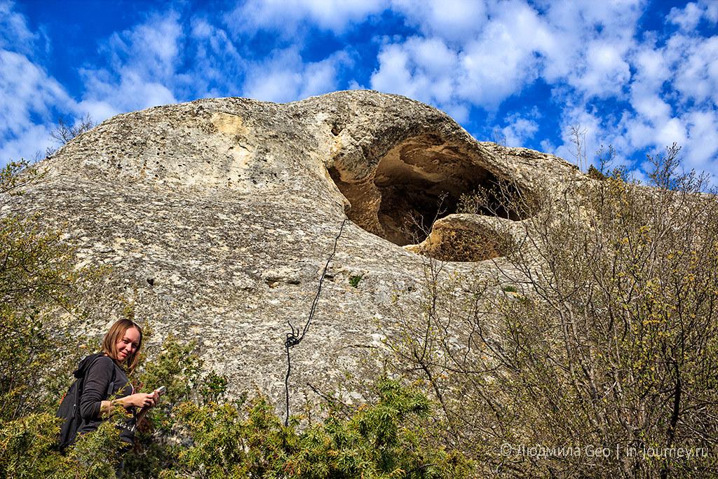 я рядом с каменной пещерой в Инкерманской долине