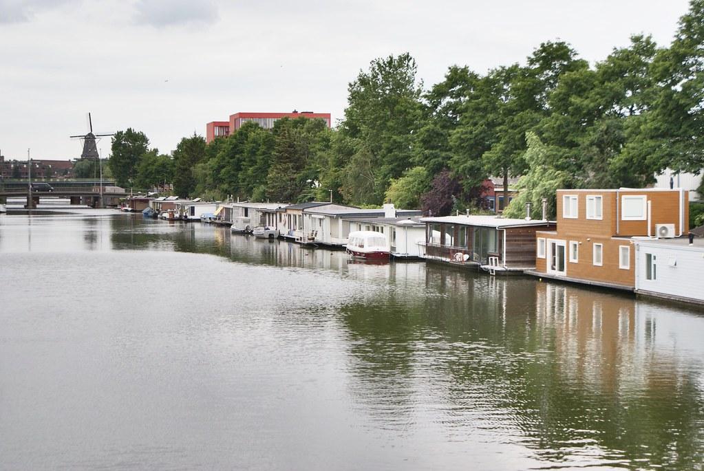 Habitat sur l'eau et moulin à vent dans l'est d'Amsterdam.
