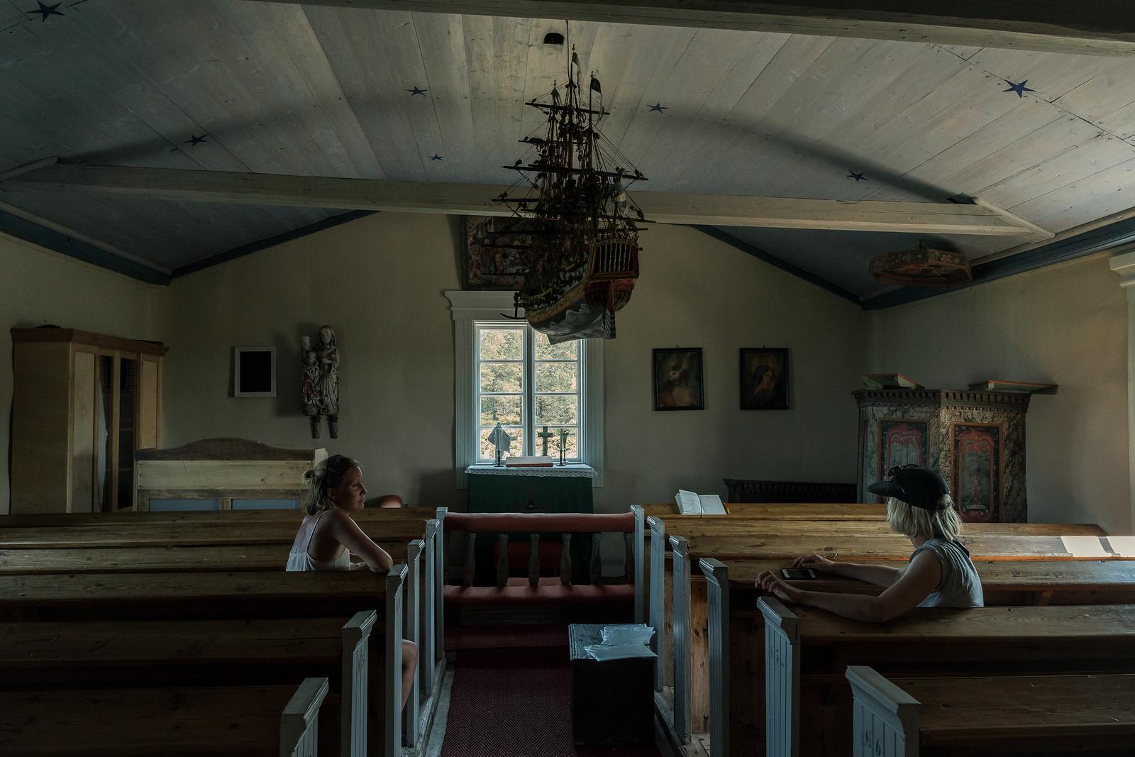 Pieni kappeli Jurmossa on tunnelmallinen ja kuumalla mukavan viileä