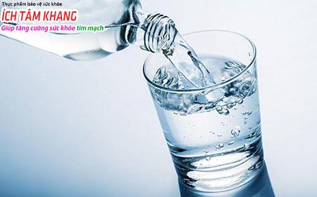 Người bệnh suy tim cần uống ít nước