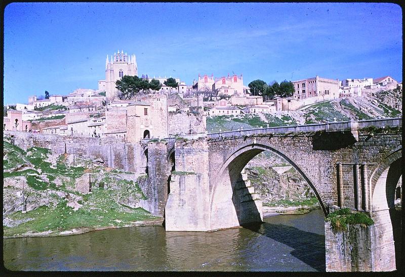 San Juan de los Reyes y Puente de San Martín en Toledo en abril de 1963. Película Kodachrome. Donación de la familia Burgos.