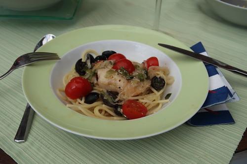 Seeteufelbäckchen in einer Soße mit Oliven und Tomaten auf Spaghetti (mein 2. Teller)