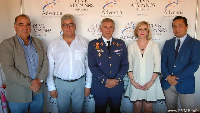 Los miembros del Consejo de Administración de Adventia, junto al coronel jefe de la Base Aérea de Matacán, José García.
