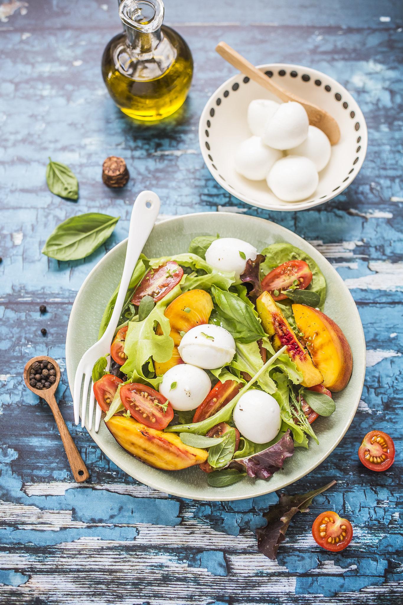 Insalata di pesche, pomodorini e mozzarella2