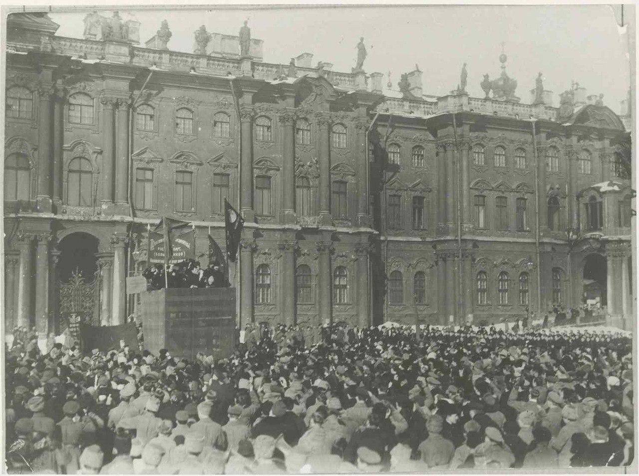 Делегатов на первом конгрессе Коминтерна приветствуют рабочие Петрограда. Март