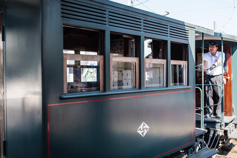 道後温泉駅のホームに入ってくる坊っちゃん列車