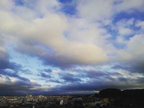 Nubes sobre Coruña para acabar el día. #sundaypic #phonephoto #clouds #nubes #Coruña #sky #summer