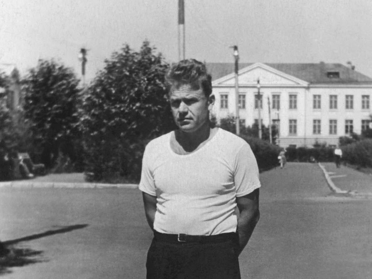 1964. Улица Бочкина, за спиной мужчины - здание школы на ул.Гидростроителей 6. Июль