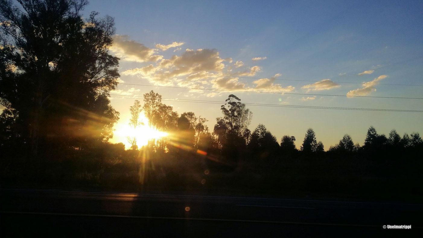 Auringonlaskumaisema bussin ikkunasta matkalla Buenos Airesista Puerto Iguazúun.