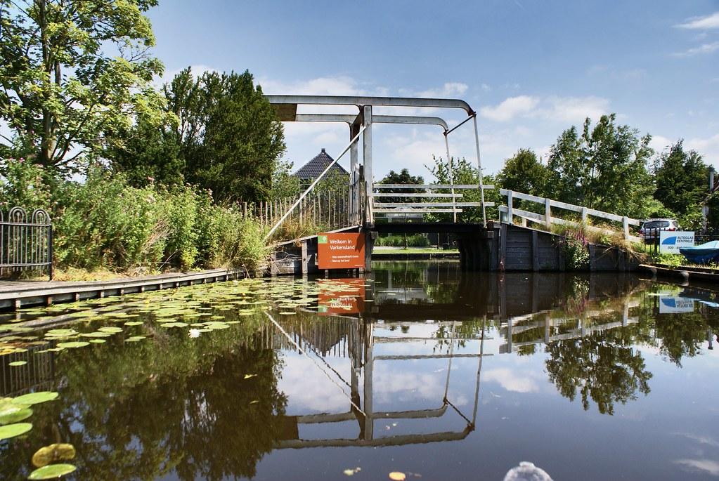 Passage sous le pont en canoe.