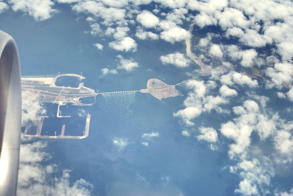 Barrage en bord de mer du nord en route vers l'aéroport de Schiphol à Amsterdam