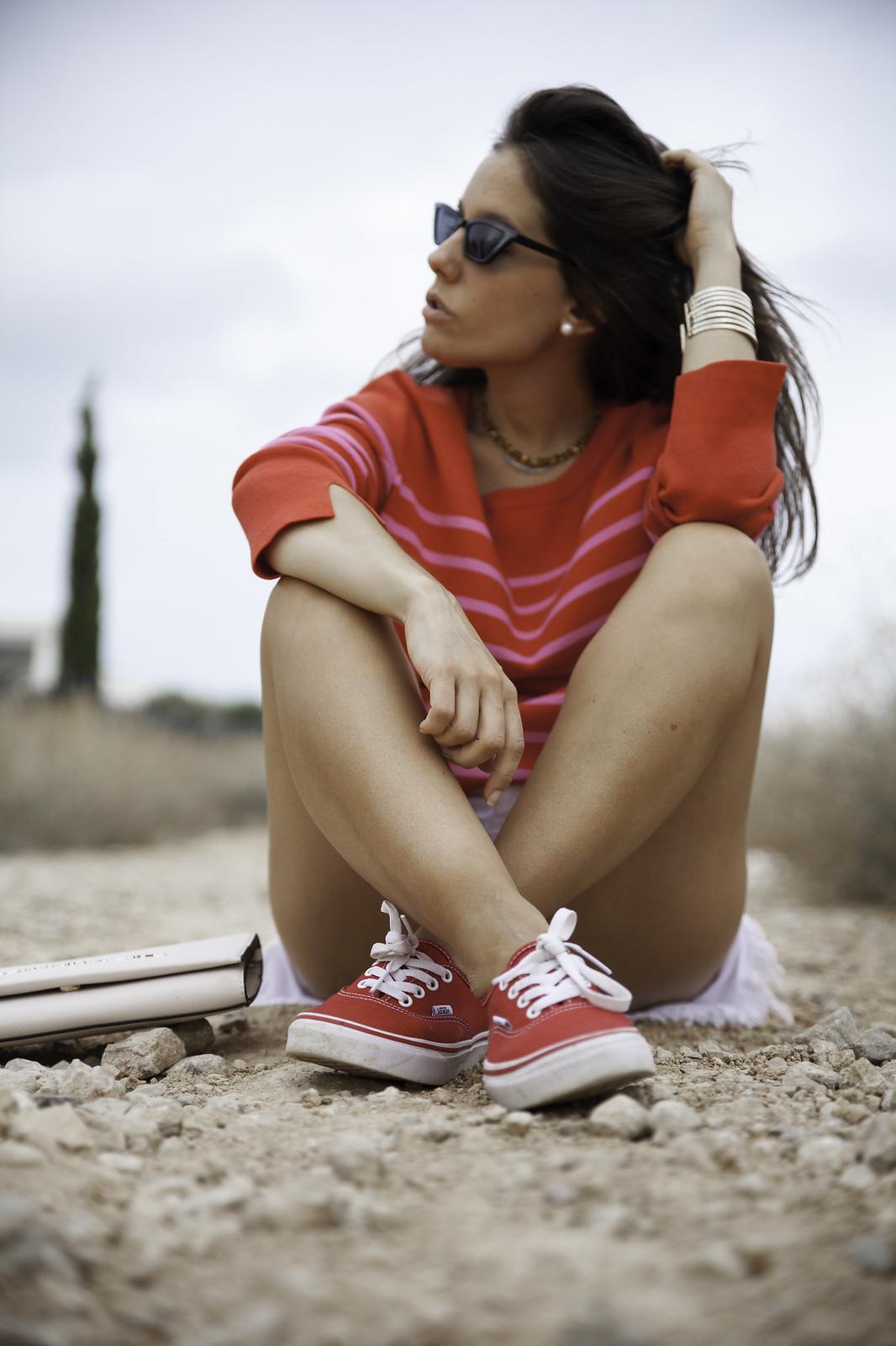 08_outfit_emabarazada_5_meses_jersey_parfois_rojo_rayas_rosas_shorts_oneteaspoon_blanco_theguestgirlred_vans_girl