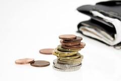 Kleingeld vor Portmonee - nah