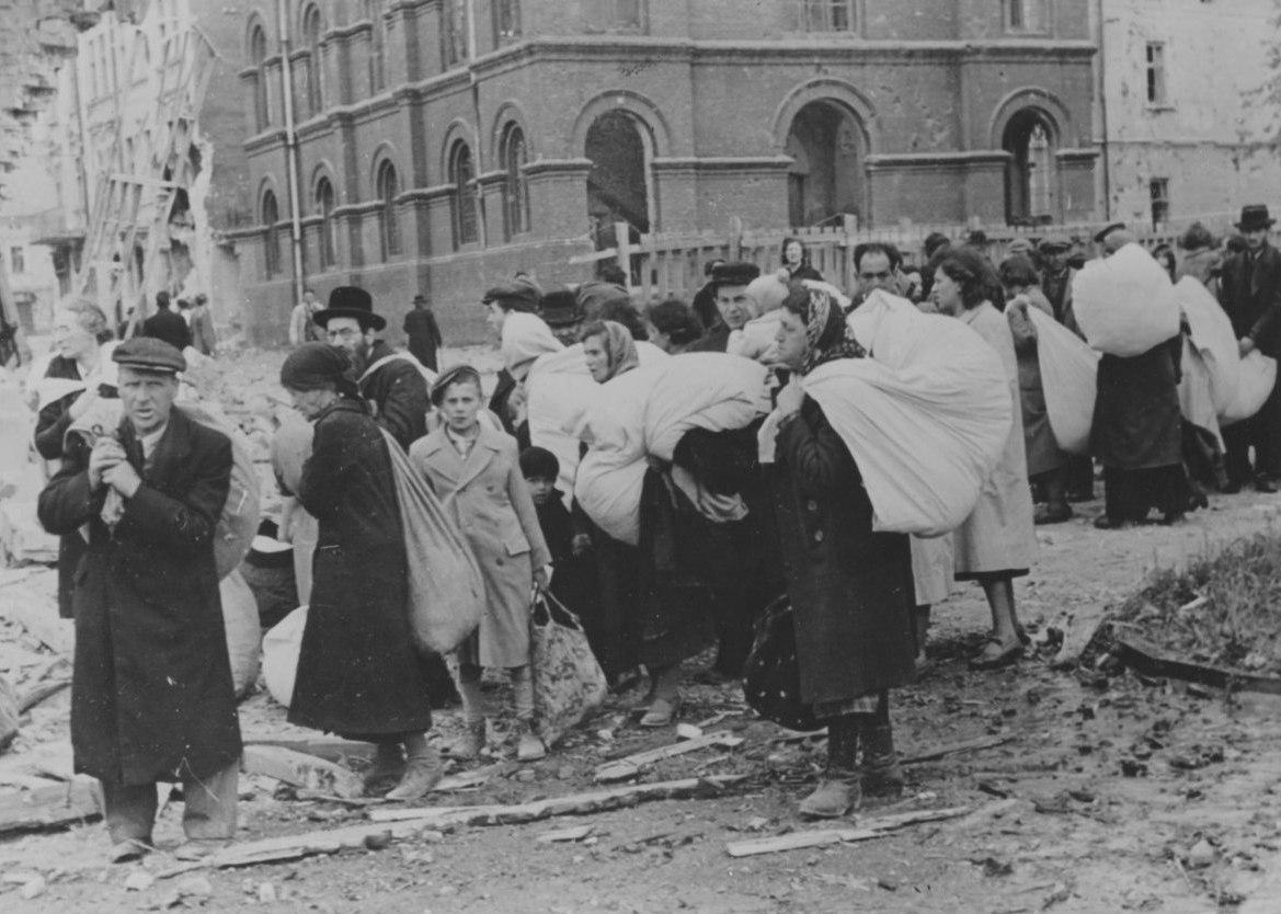 1942. Группа евреев на улице Дрогобыча перед депортацией. Львовская область,