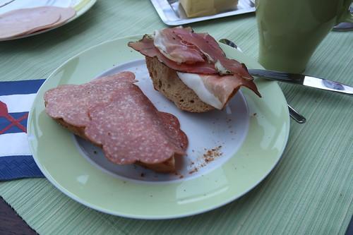 Salami und Schinkenspeck auf malzigem Weizenbrötchen