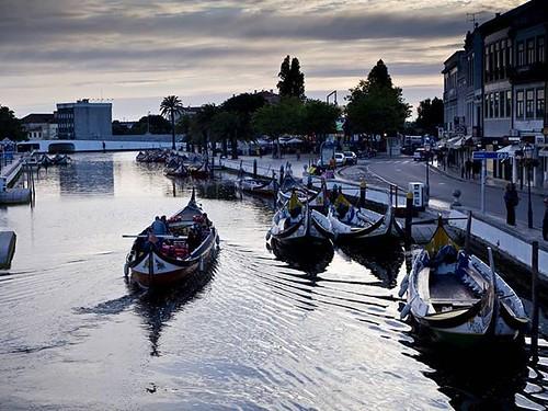 Atardecer en #Aveiro. Los #moliceiros recorriendo el canal principal de la ciudad. Aunque hoy su uso es turístico, estos barcos tradicionales se usaban antiguamente para transportar carga. #aveirolovers #Portugal #igersportugal #olympusomd