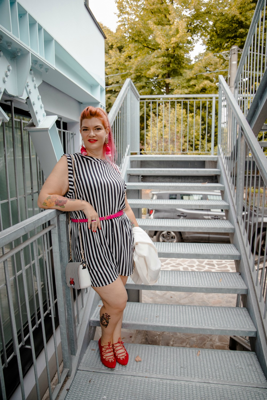 Outfit plus size curvy, tuta corta a righe e tocchi di colore (10)