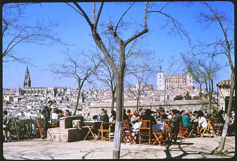 Terraza en el mirador del Valle en Toledo en abril de 1963. Película Kodachrome. Donación de la familia Burgos.