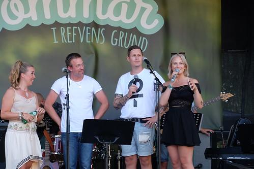 Programvärdarna Kenny Lundström och Eleonor Léone till höger