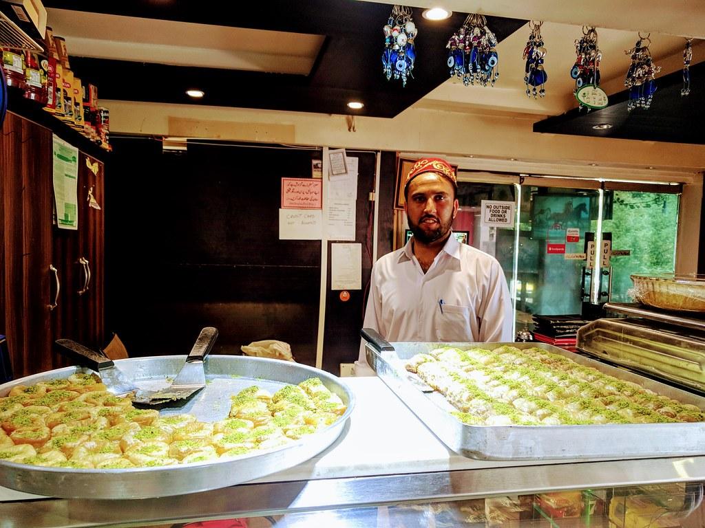 在伊斯蘭堡,看到土國甜點果仁蜜餅Baklava