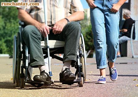 Ở giai đoạn cuối, người bệnh Parkinson có thể phụ thuộc hoàn toàn vào xe lăn