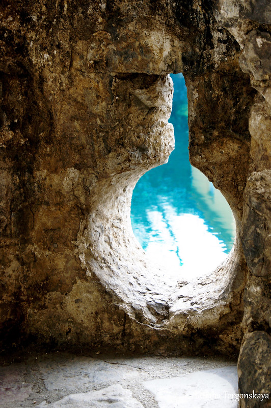 Вид на воды реки Гурдич через отверстие в городской стене Котора