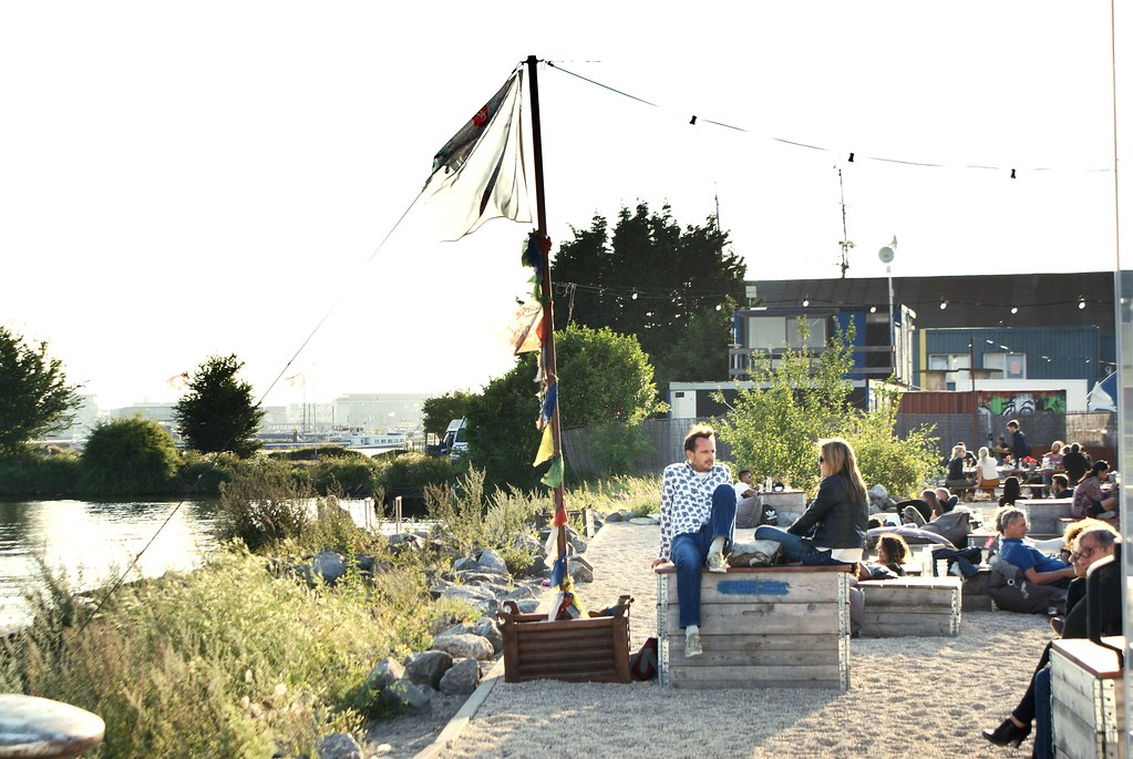 > En terrasse du Pllek à NDSM, Amsterdam.