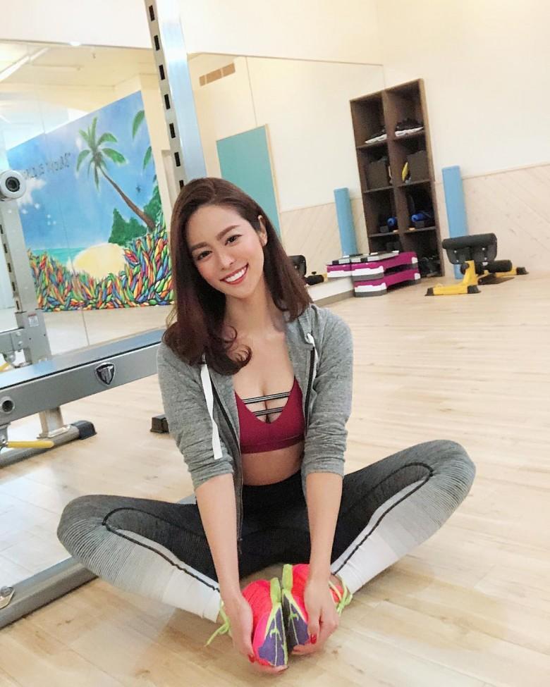 日本举牌女郎《大柳麻友》,完美身材搭阳光笑容征服所有赛车迷!