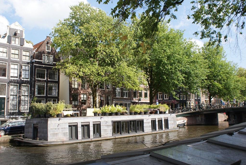 Péniche d'habitation sur un canal d'Amsterdam du côté du quartier de Jordaan.