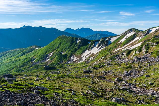 背後の槍穂高を眺めながら稜線へ登る