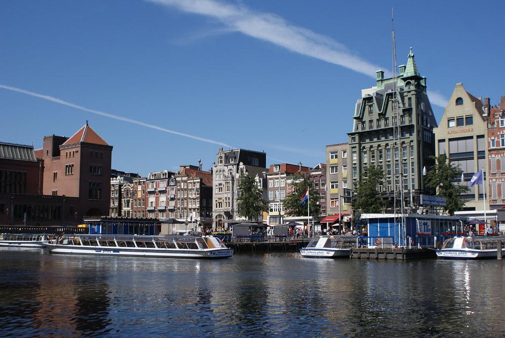 Principal embarcadère des bateaux mouches à Amsterdam sur Damrak.