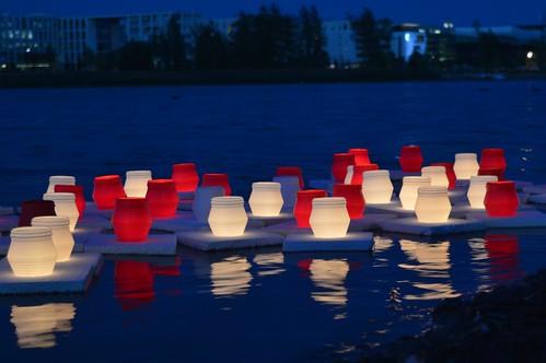 Kynttilälyhdyt atomipommien uhrien muistoksi Töölönlahdella