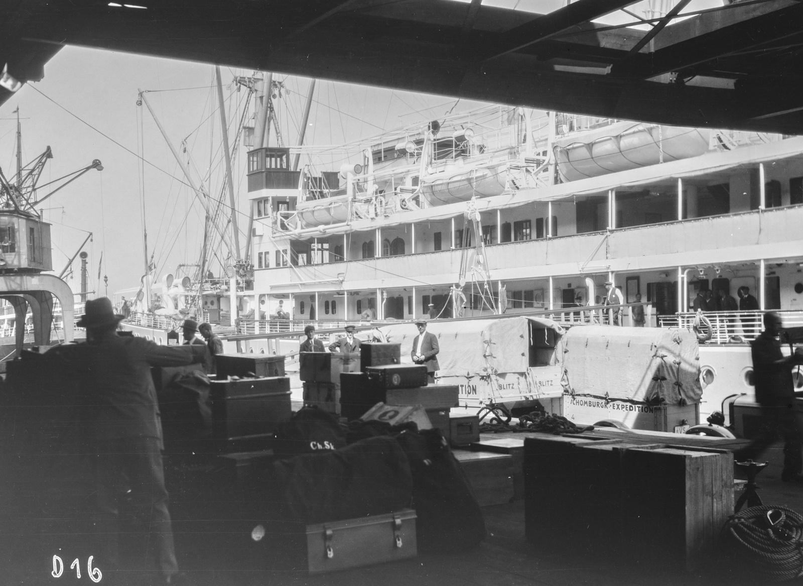 Гамбург. Загрузка необходимых экспедиционных грузов на судно в порту