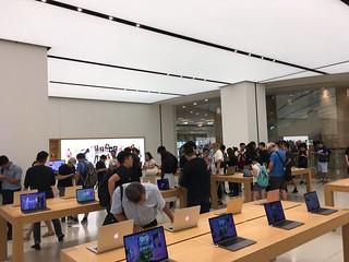 Apple 台北 101 維修人潮