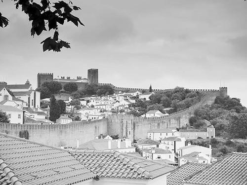 Óbidos. Preciosa ciudad amurallada en Portugal. Recomiendo perderse por sus callejuelas, huyendo de las calles más transitadas por los turistas. Y si tienes suficiente dinero tampoco creo que esté mal pasar la noche en el castillo, ahora convertido en Pou