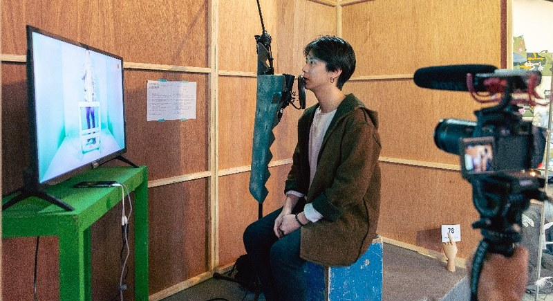 魔術師周瑞祥透過麥克風、耳機給予參與者指示。圖∕台北藝術自由日提供