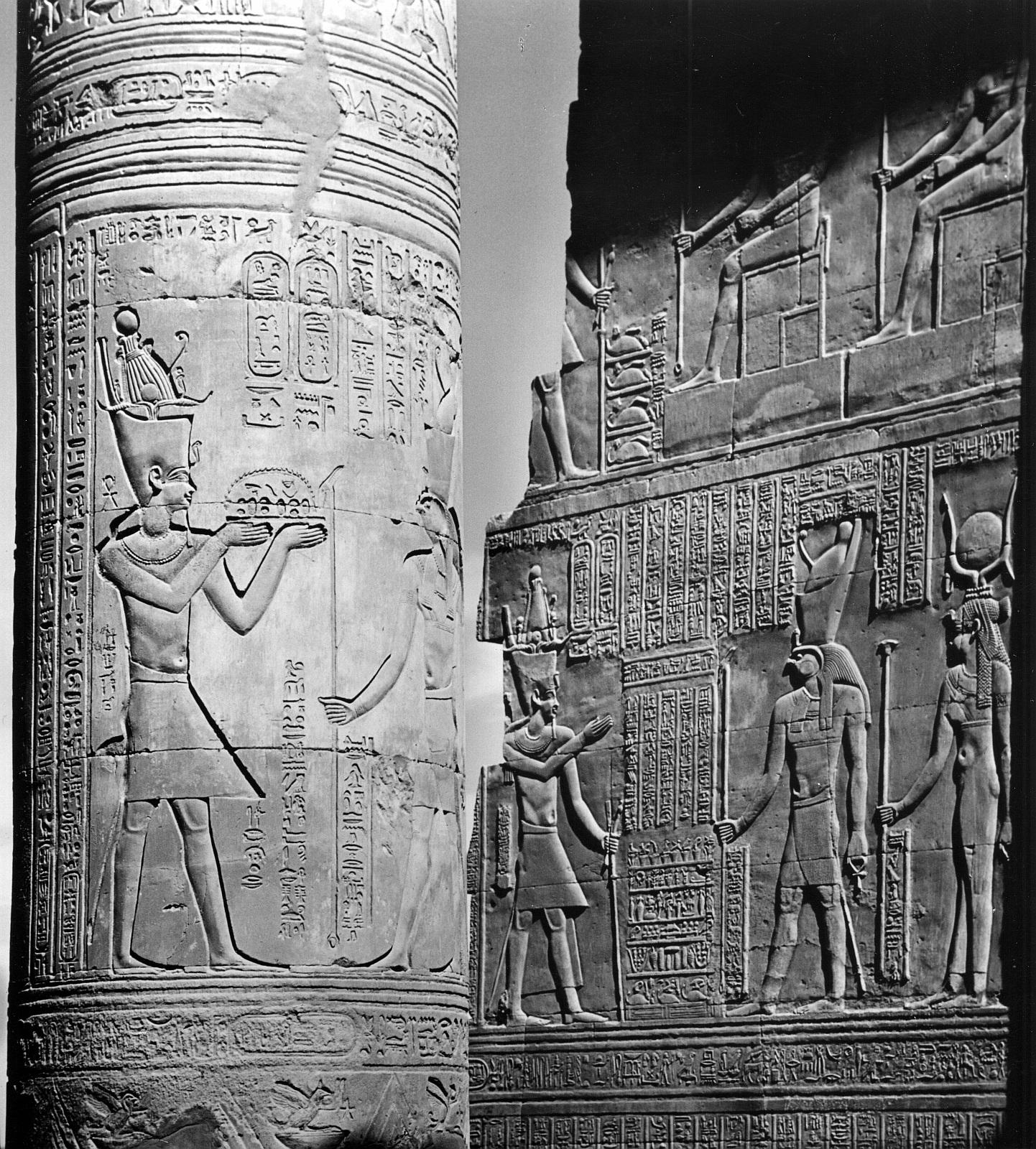 Ком Омбо. Двойное святилище Себека и Хоруру. Рельеф жертвоприношения Птолемея VIII Хоруру