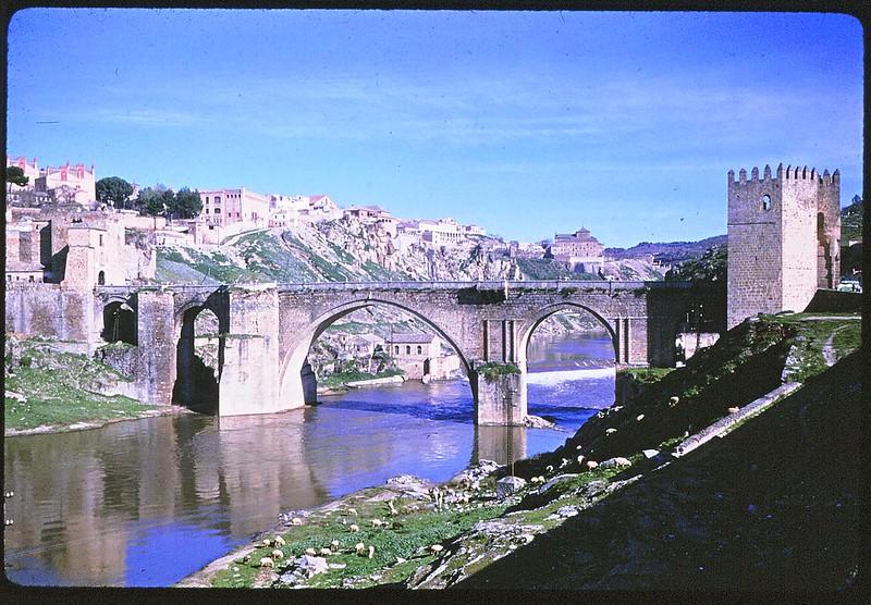 Puente de San Martín en Toledo en abril de 1963. Película Kodachrome. Donación de la familia Burgos.