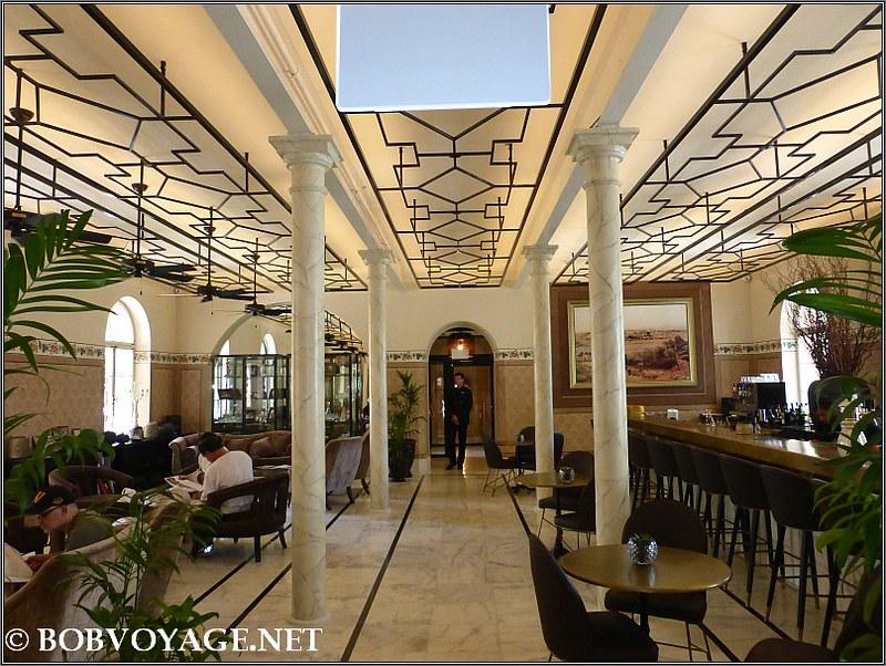 אולם הבר של מלון דריסקו בקומת הרחוב
