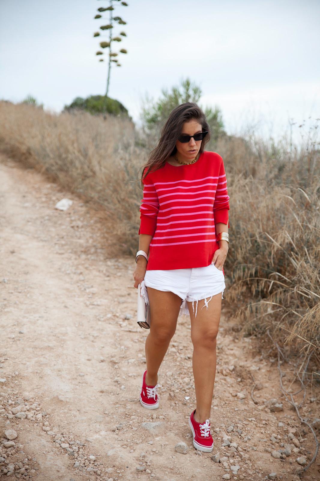 04_outfit_emabarazada_5_meses_jersey_parfois_rojo_rayas_rosas_shorts_oneteaspoon_blanco_theguestgirl