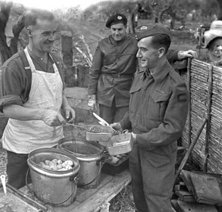 Sappers of the Royal Canadian Engineers (RCE) having dinner, Castel Frentano, Italy / Sapeurs du Génie royal canadien prenant leur souper, Castel Frentano (Italie)
