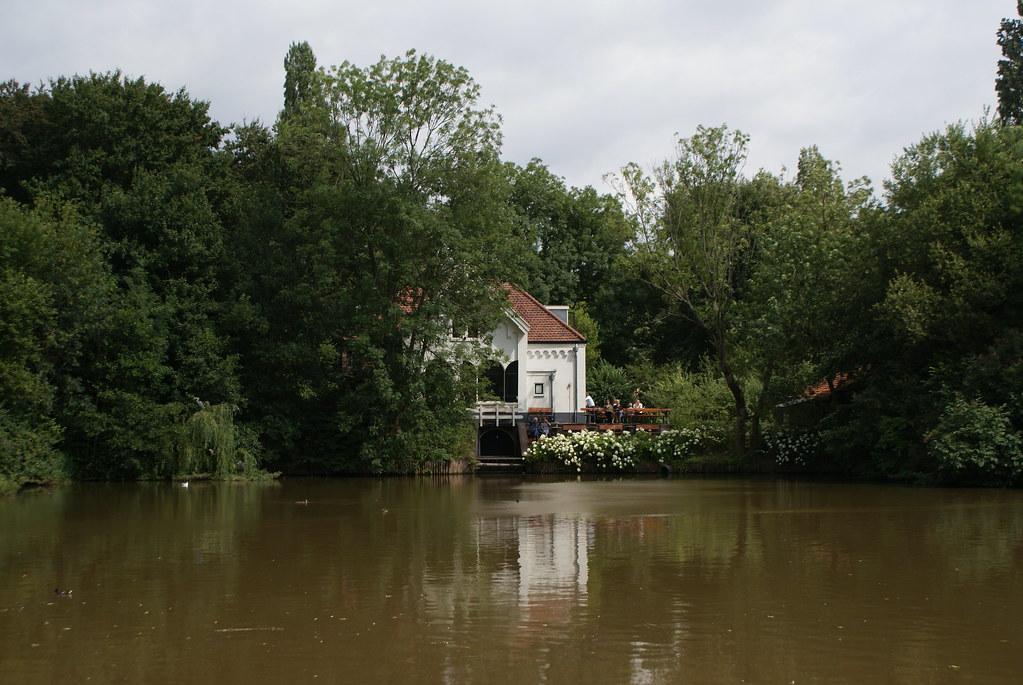 La distillerie de gin du Flevopark à Amsterdam face à l'étang.