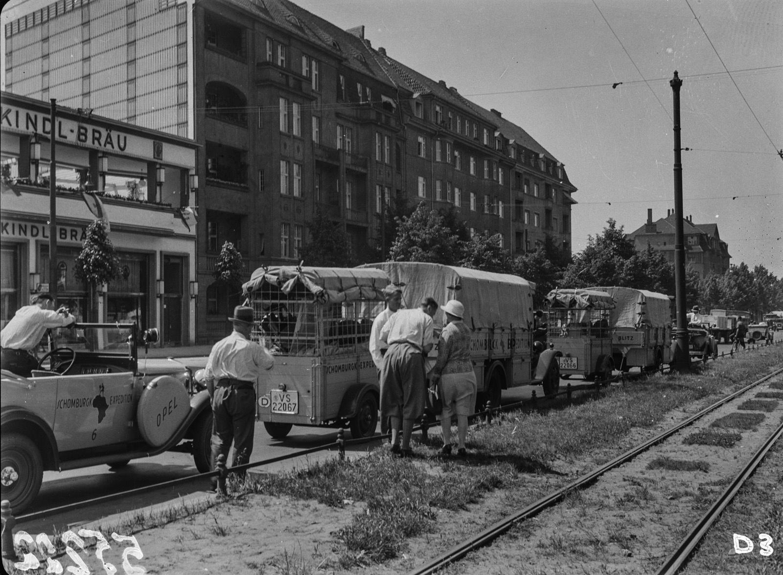 Берлин. Участники экспедиции во время остановки на Рейхсканцлерплатц